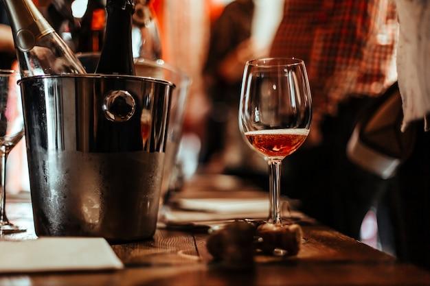 Degustação de vinhos: um copo de vinho rosado está na mesa de degustação.