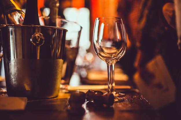 Degustação de vinhos: um copo vazio fica na mesa de degustação ao lado de folhetos