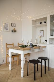 Deitado festivamente mesa branca e cadeiras na sala de estar