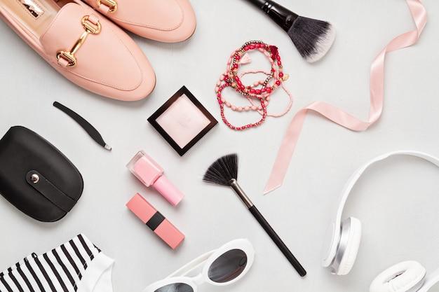 Deite-se com acessórios de moda feminina em cores amarelas. moda, blog de beleza online, estilo de verão, compras e conceito de tendências