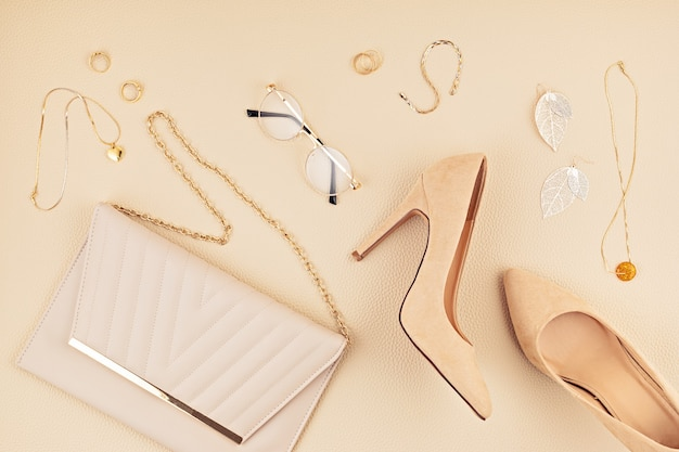 Deite-se com acessórios de moda feminina em cores bege. blog de moda, estilo de verão, conceito de compras e tendências.