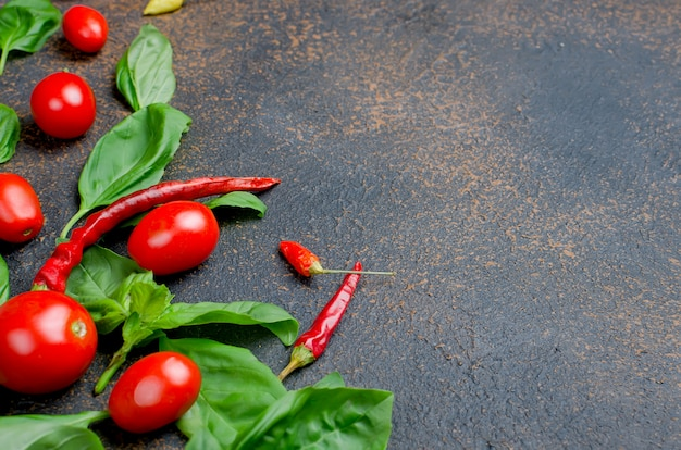 Deixa manjericão verde, tomate cereja e pimenta tempero