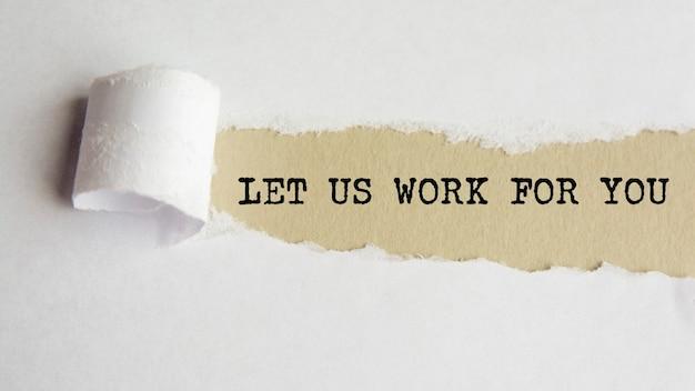 Deixe-nos trabalhar para você. palavras. texto em papel cinza em fundo de papel rasgado