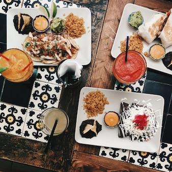 Deleitando-se com amigos em um restaurante mexicano