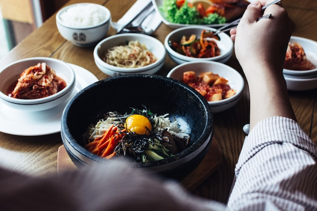 Deleitando-se com bibimbap, kimchi e outros alimentos tradicionais coreanos