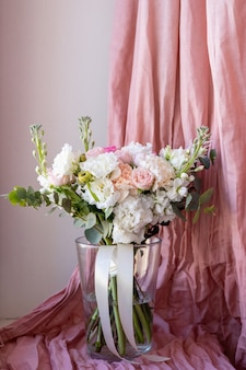 Delicado buquê de casamento em tons pastel de flores artificiais