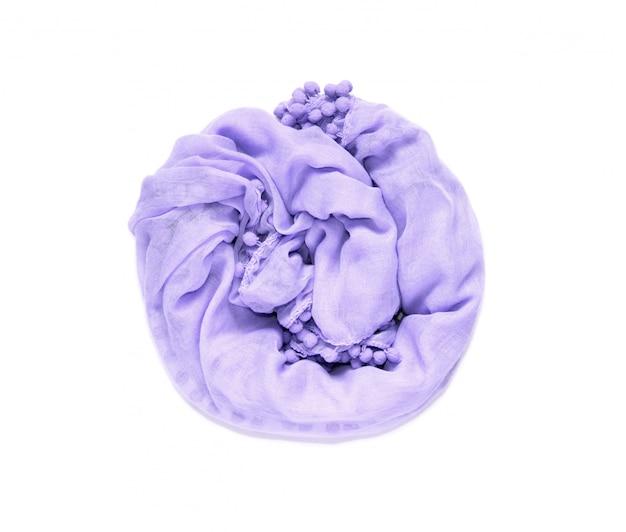 Delicado, macio e amassado torcido em um tecido circular de cor púrpura é isolado