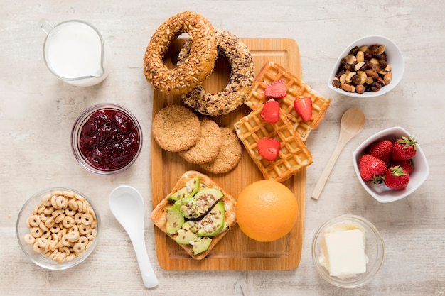 Delicase de pastelaria e leite no café da manhã