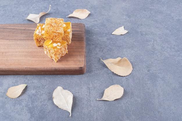 Delícia tradicional turca amarela com amendoim em tábua de madeira