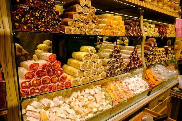 Delícia tradicional turca no balcão do grande bazar de istambul