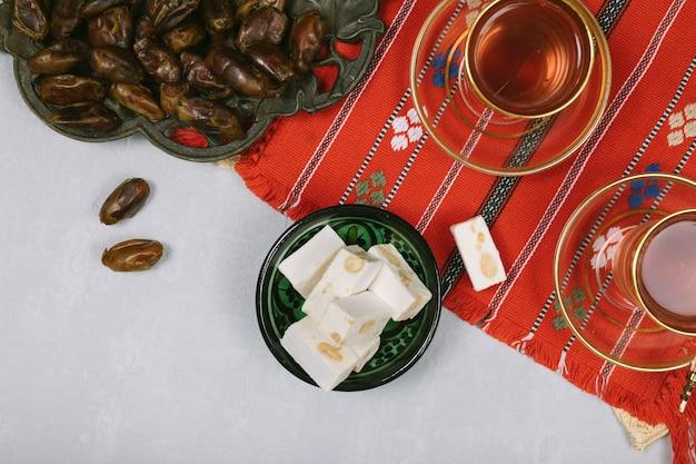 Delícia turca com frutas e chá de datas