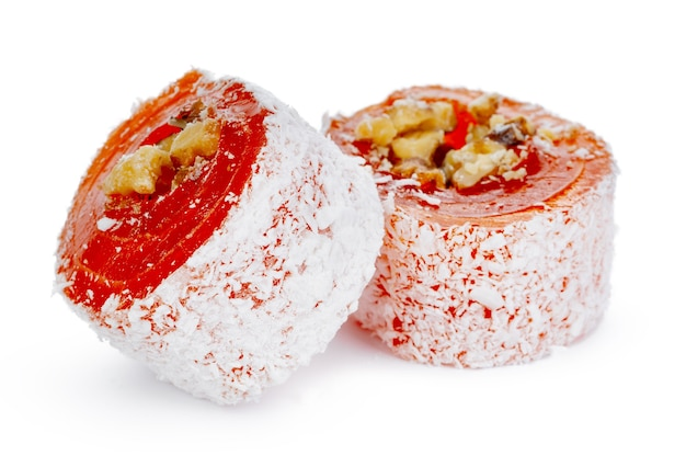 Delícia turca de laranja com nozes em açúcar de confeiteiro isolado no branco