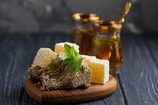 Delícia turca, halva e chá. foco seletivo