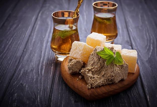 Delícia turca, halva e chá.