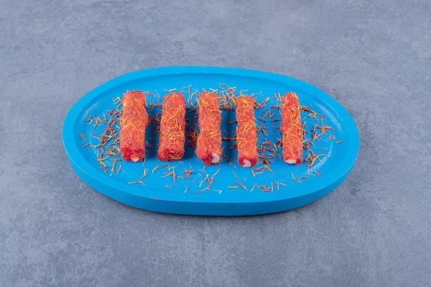 Delícia turca rahat lokum com pistache na placa de madeira azul