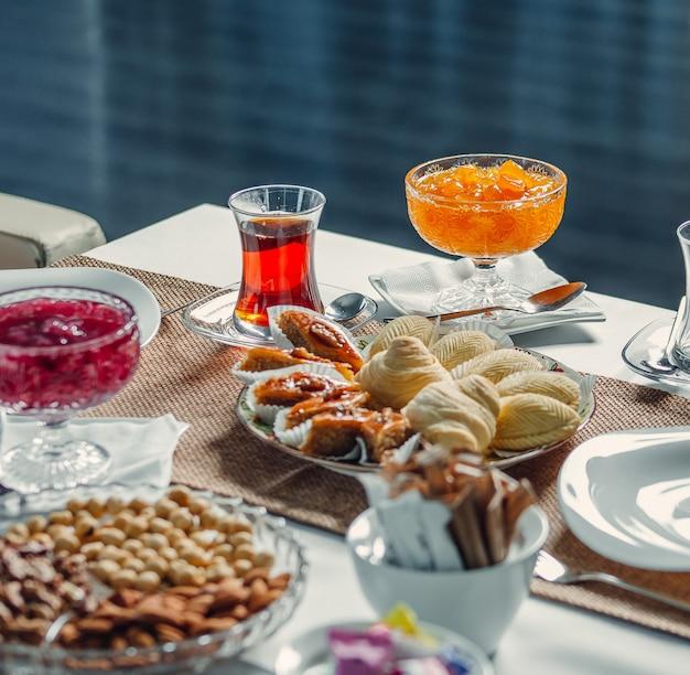 Delícias e chá na mesa