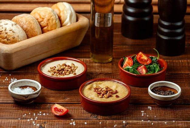 Delícias turcas com nozes na mesa