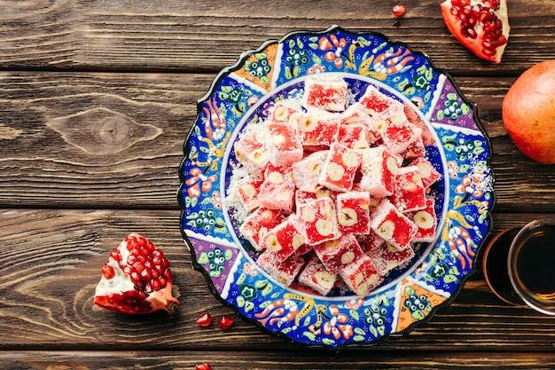 Delícias turcas. doces orientais com romã e avelãs.