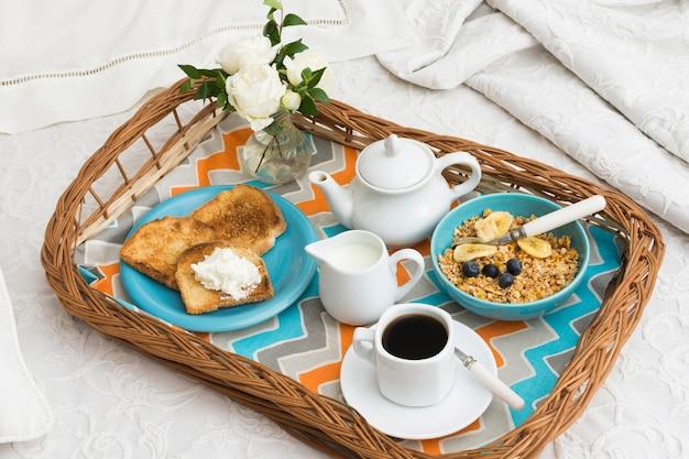 Deliciosa bandeja de café da manhã na cama