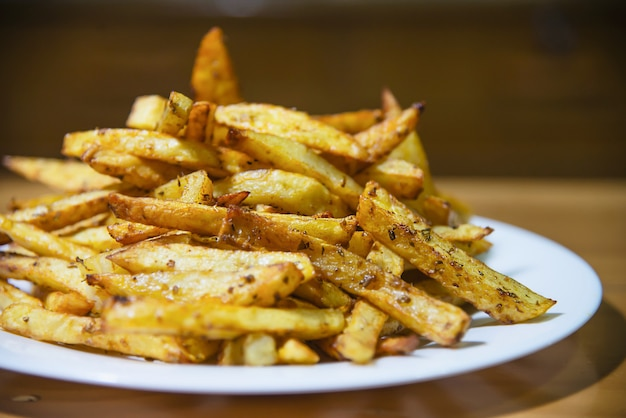 Deliciosa batata frita francesa misture com pó frio na mesa de madeira