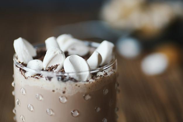 Deliciosa bebida de cacau com marshmallows