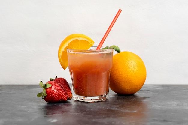 Deliciosa bebida de laranja e morango