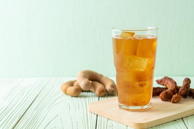 Deliciosa bebida doce com suco de tamarindo e cubo de gelo - estilo de bebida saudável