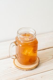 Deliciosa bebida doce, suco de tamarindo e cubo de gelo - estilo de bebida saudável