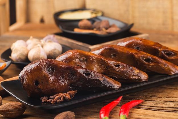Deliciosa cabeça de pato com especiarias em um prato