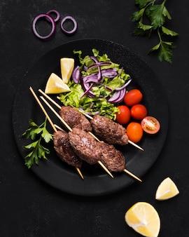 Deliciosa carne árabe fast-food em espetos e vegetais