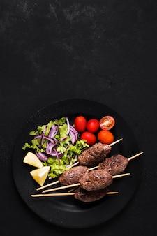 Deliciosa carne árabe fast-food no espeto