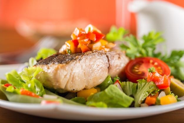 Deliciosa carne frita com salada no prato, close-up
