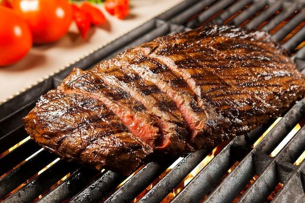 Deliciosa carne grelhada na brasa no churrasco. filé.