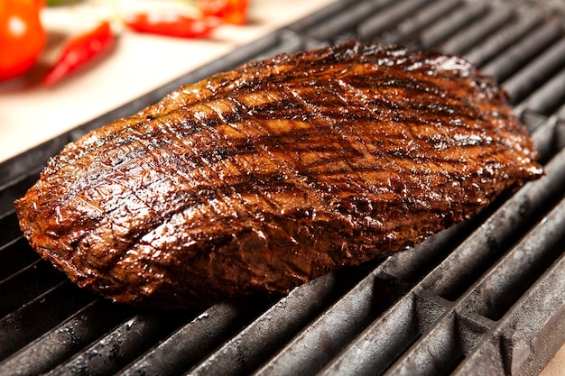 Deliciosa carne grelhada na grelha na churrasqueira