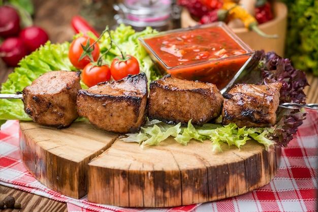 Deliciosa carne no espeto suculenta ou espetinhos no espeto de lombo de porco