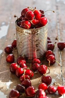 Deliciosa cereja em cima da mesa