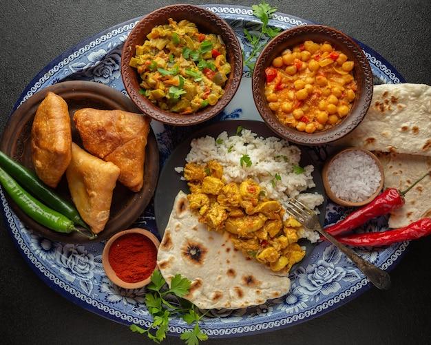 Deliciosa comida indiana na bandeja