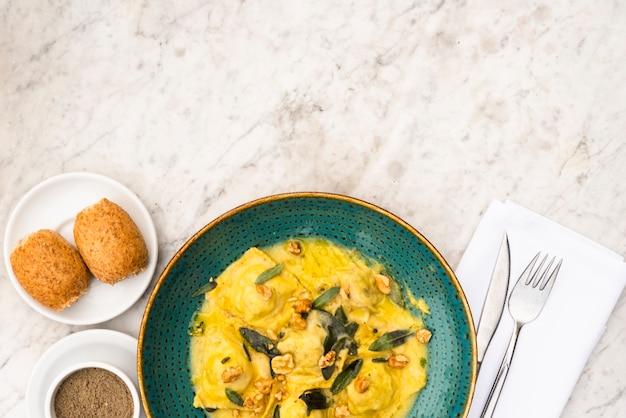 Deliciosa comida italiana no café da manhã na superfície texturizada branca