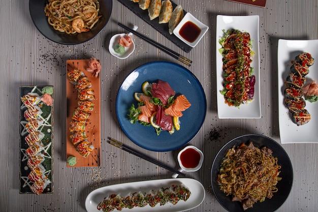 Deliciosa comida japonesa estendida como um menu em uma mesa em um restaurante japonês