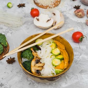 Deliciosa comida saborosa na tigela com ingredientes crus e especiarias