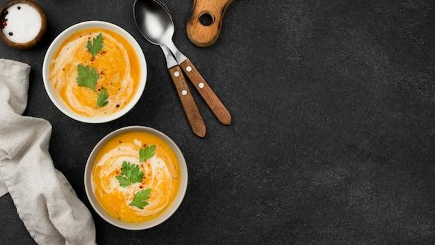 Deliciosa composição de sopa de outono com espaço de cópia
