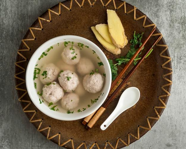Deliciosa composição de tigela de bakso