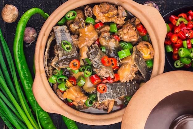 Deliciosa culinária chinesa, tartaruga de casca mole cozida em panela de frango