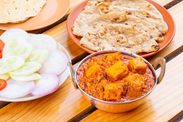Deliciosa culinária indiana paneer toofani, servida com tandoori roti