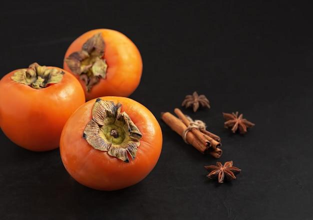 Deliciosa fruta caqui fresco. fechar-se. ingredientes e temperos para geléia de caqui.