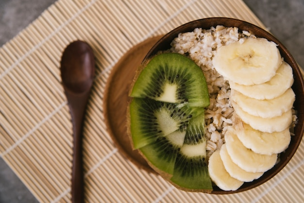 Deliciosa fruta e café da manhã com aveia