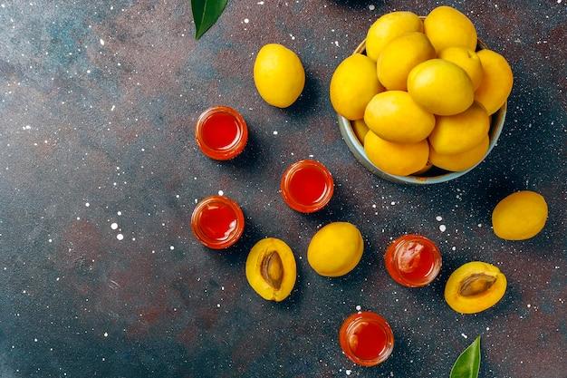 Deliciosa geléia caseira de damasco com frutas frescas de damasco.