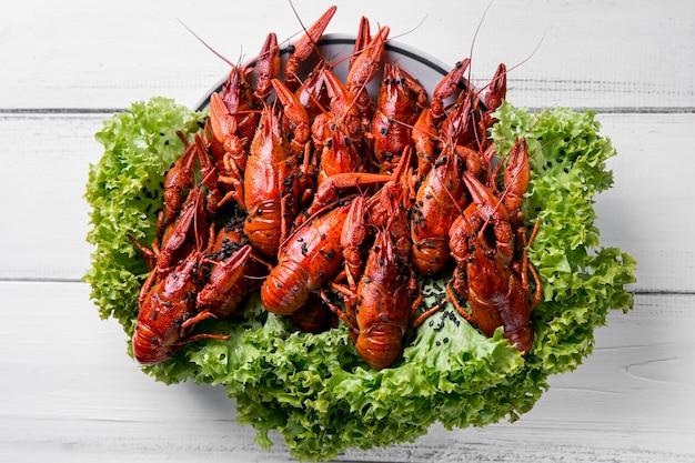 Deliciosa lagosta de frutos do mar com vegetais de alface
