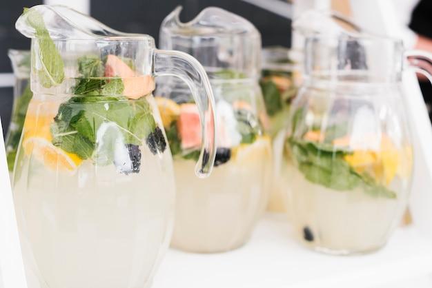 Deliciosa limonada fresca com hortelã em potes
