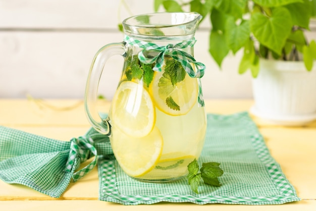 Deliciosa limonada fresca com rodelas de limão.